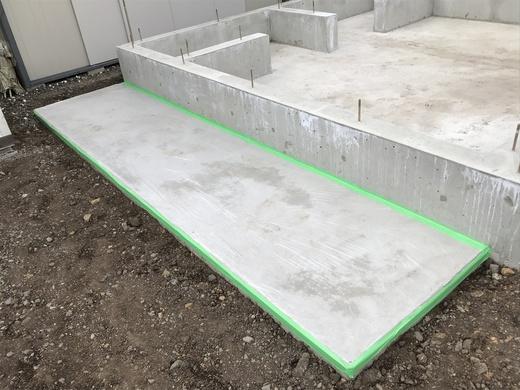 半透明の保護シートで 土間の表面を覆っています