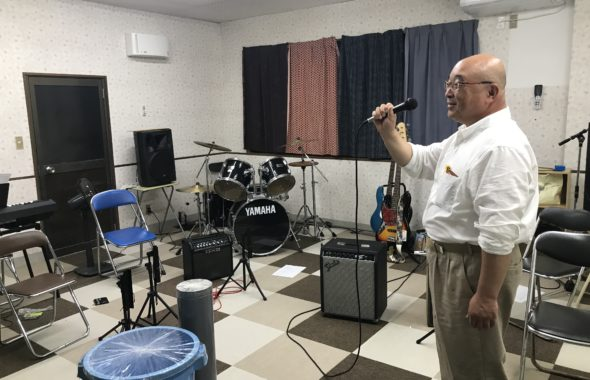 子供サポートチームすわの音楽室で歌う前島さん