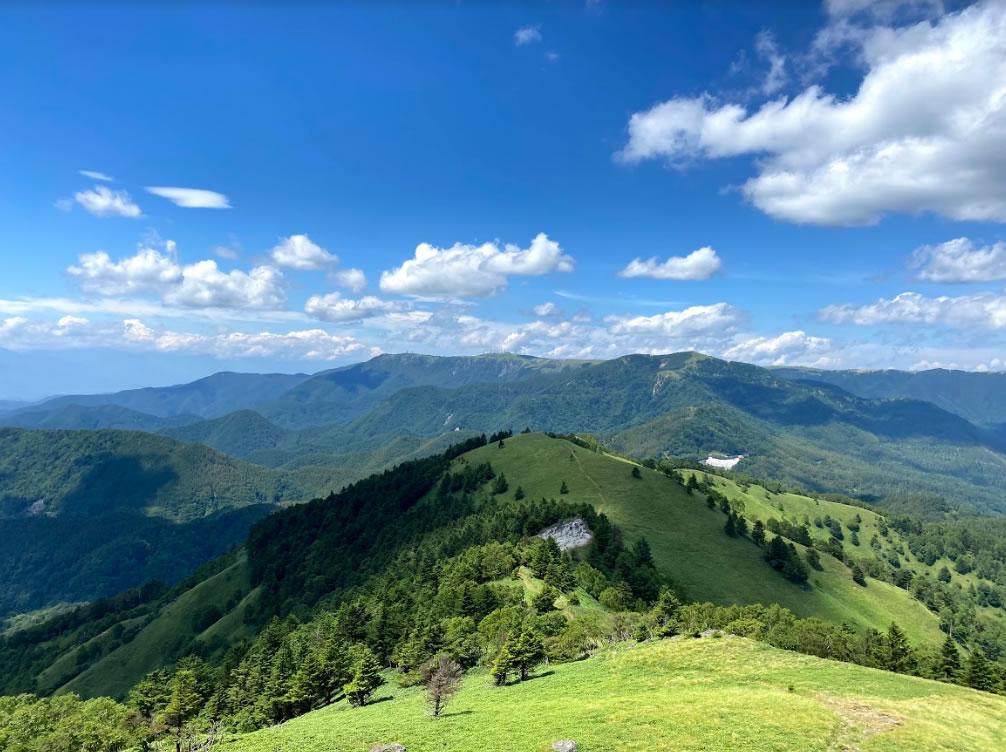 三峰山の頂上から美ヶ原方面を眺める