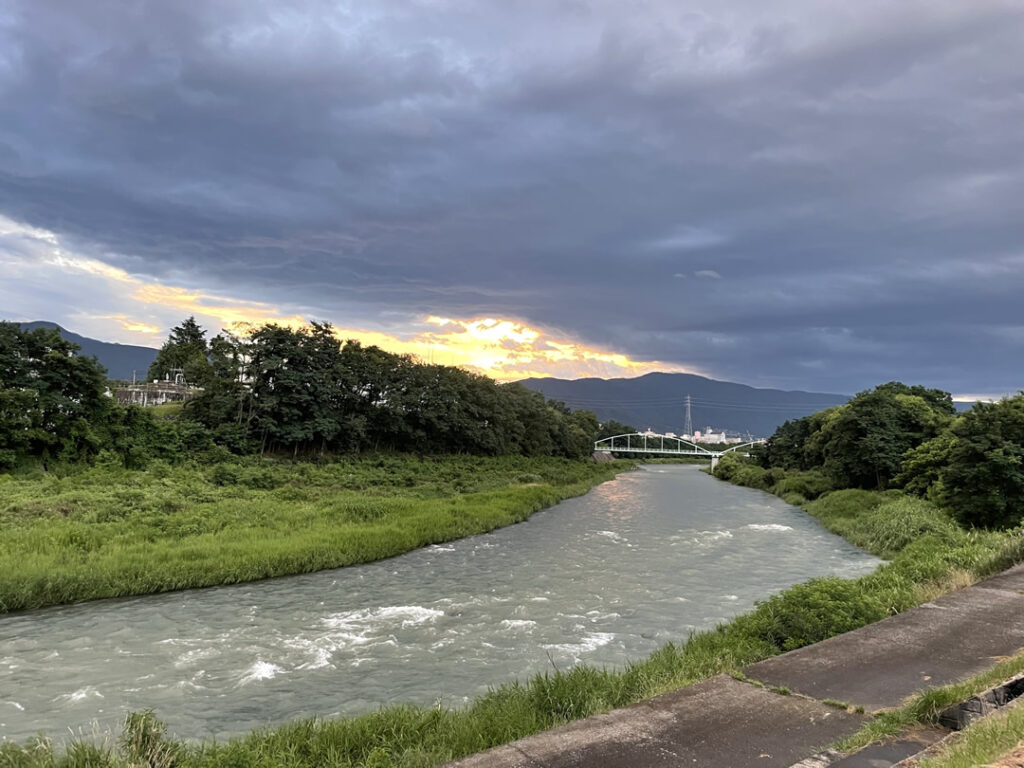 松本市犀川から美ヶ原方面眺める
