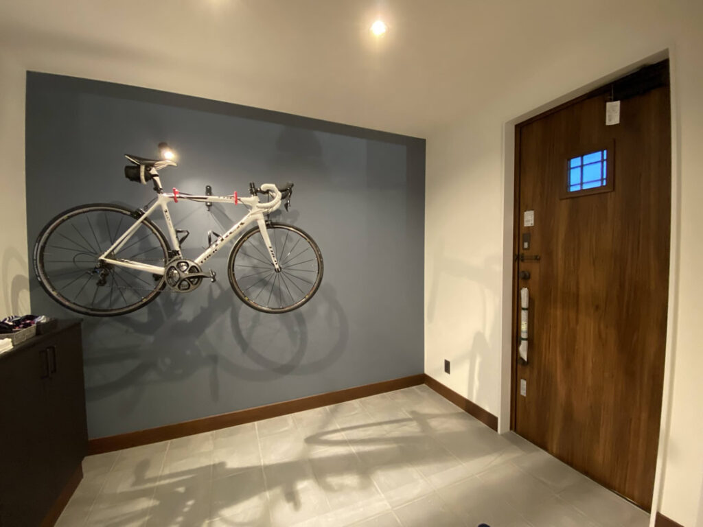 自転車を玄関に飾る